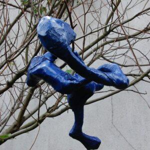 Végh Ildikó szobra a kertben