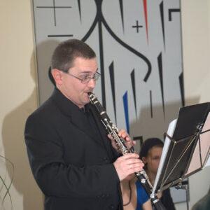 Mile Ferec klarinét művész, a háttérben Vincze Ottó képe